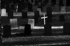 Graven op een begraafplaats stock afbeeldingen