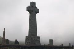 Graven op een mistige begraafplaats royalty-vrije stock afbeelding