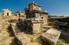 Graven in oude Hierapolis stock foto's