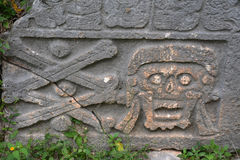 Graven in oude Mayan plaats Uxmal, Mexico stock fotografie