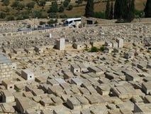Graven van een oude Joodse begraafplaats op het Onderstel van Olijven in Israël royalty-vrije stock afbeeldingen