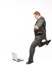 Gravende laptop van de zakenman Royalty-vrije Stock Afbeeldingen