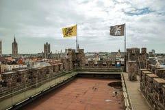 Gravensteen slotttak och balustrad som förbiser Ghent byggnader Royaltyfria Bilder