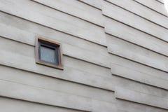 Graver par en refief le type conception de rangée de mur de bâtiment en béton photos libres de droits