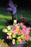 Graveside-Blumen lizenzfreies stockfoto