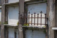 Gravesite de Nova Orleães com pouco frence Fotografia de Stock