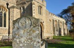 Gravestone framme av kyrkan fotografering för bildbyråer