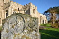 Gravestone med kyrkan fotografering för bildbyråer