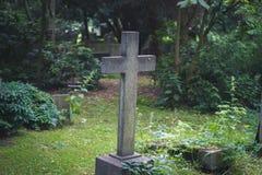 Gravestone na/cmentarz - kamienny krzyż na grób Obrazy Royalty Free