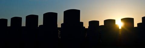 gravestones över solnedgång arkivbild