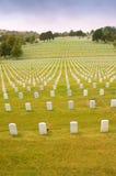 Gravestones i den militära kyrkogården royaltyfri foto