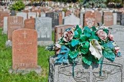 Gravestones i en amerikansk kyrkogård arkivfoton