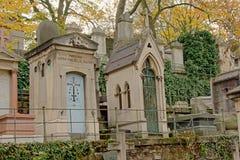 Gravetombs velhos no cemitério de Montmartre, Paris, França, opinião de baixo ângulo Foto de Stock Royalty Free