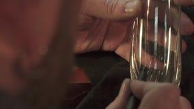 Graveur setzt das Muster auf das Glas lizenzfreie stockfotos