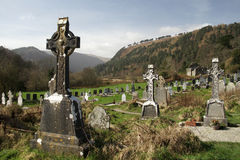 Graveyyard en las ruinas en el valle de Glendalough, montañas parque nacional, Wicklow Irlanda del ` s Monastary del St Kevin de  imagen de archivo libre de regalías