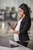 gravid affärskvinna arkivbild