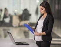gravid affärskvinna arkivfoton