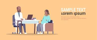 Gravid afrikansk amerikankvinna som besöker den manliga doktorsgynekologen som för begrepp för havandeskapgynekologikonsultation royaltyfri illustrationer