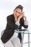 Gravid asiatisk kvinna som arbetar i kontoret Arkivbilder