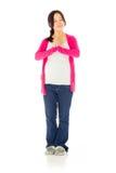 Gravid asiatisk kvinna som isoleras på vit preying Arkivfoton