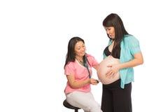 Gravid asiatisk Mom med sjuksköterskan Royaltyfria Bilder