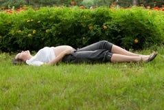 gravid avslappnande kvinna för park Royaltyfria Bilder