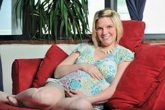 gravid avslappnande kvinnabarn Arkivbild