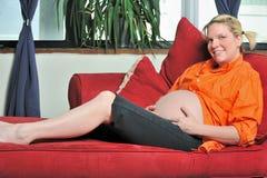 gravid avslappnande kvinnabarn Royaltyfri Foto