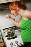 gravid avsmakningkvinna för lunch Arkivbilder