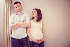 gravid barn för par royaltyfria foton