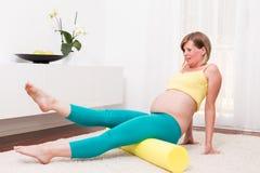 Gravid blond kvinna i det moderna hemmet Fotografering för Bildbyråer
