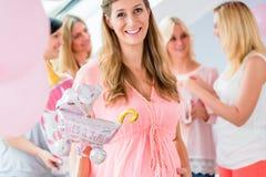 Gravid flicka som firar baby showerpartiet med vänner Royaltyfria Bilder