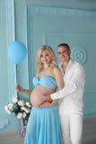 gravid Härliga barnpar som förväntar, behandla som ett barn, den lyckliga familjen B Arkivbilder