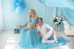 gravid Härliga barnpar som förväntar, behandla som ett barn, den lyckliga familjen M Royaltyfri Fotografi