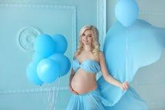 gravid Härliga barnpar som förväntar, behandla som ett barn, den lyckliga familjen M Royaltyfri Foto