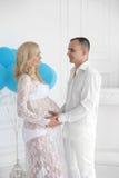 gravid Härliga barnpar som förväntar, behandla som ett barn, den lyckliga familjen M Arkivbild