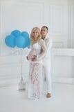 gravid Härliga barnpar som förväntar, behandla som ett barn, den lyckliga familjen po Royaltyfri Fotografi