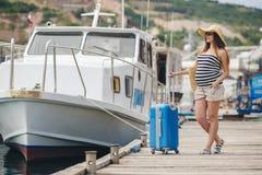 Gravid härlig kvinna på pir på havet Fotografering för Bildbyråer