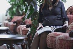 gravid klänningflicka Closeupgravid kvinnabuk royaltyfri foto