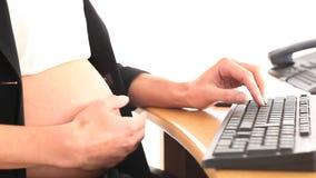 Gravid kontorsarbetare lager videofilmer
