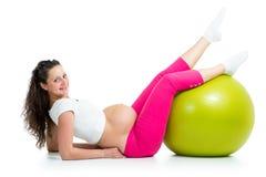 Gravid kvinnaövningar med den gymnastiska passformbollen Royaltyfri Fotografi