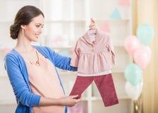gravid kvinna behandla som ett barn den nya duschen för det födda pojkekortet Royaltyfria Bilder
