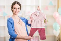 gravid kvinna behandla som ett barn den nya duschen för det födda pojkekortet Arkivfoto