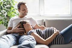 Gravid kvinna för man för havandeskap- och folkbegrepp en lycklig hemma royaltyfri fotografi