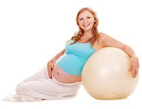 Gravid kvinna gör sporten. Arkivfoton