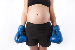 Gravid kvinna i boxninghandskar Arkivfoto