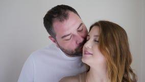 Gravid kvinna i en brun kl?nning och hennes make i en vit t-skjorta lager videofilmer