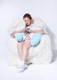 Gravid kvinna i fåtölj Royaltyfri Fotografi
