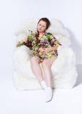 Gravid kvinna i fåtölj Royaltyfria Bilder