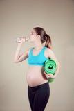 Gravid kvinna i handling Royaltyfri Foto